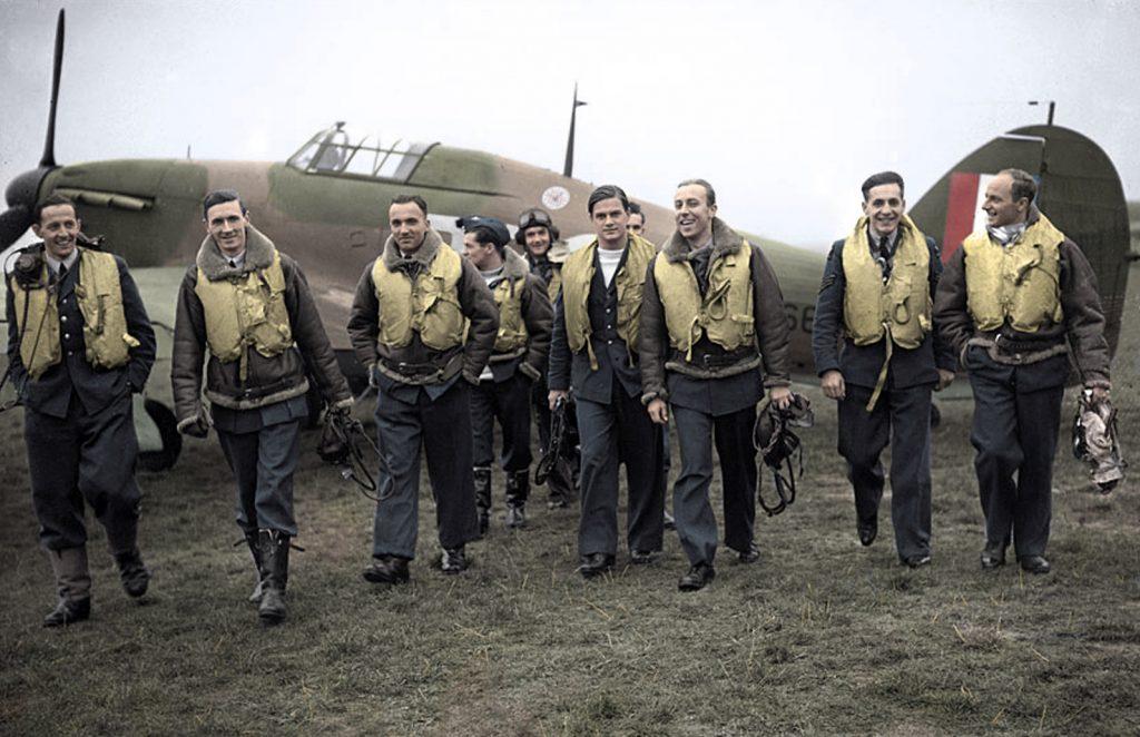 Jan Zumbach (z tyłu w pilotce) wśród innych pilotów Dywizjonu 303. Zdjęcie wykonane w czasie Bitwy o Anglię (domena publiczna).