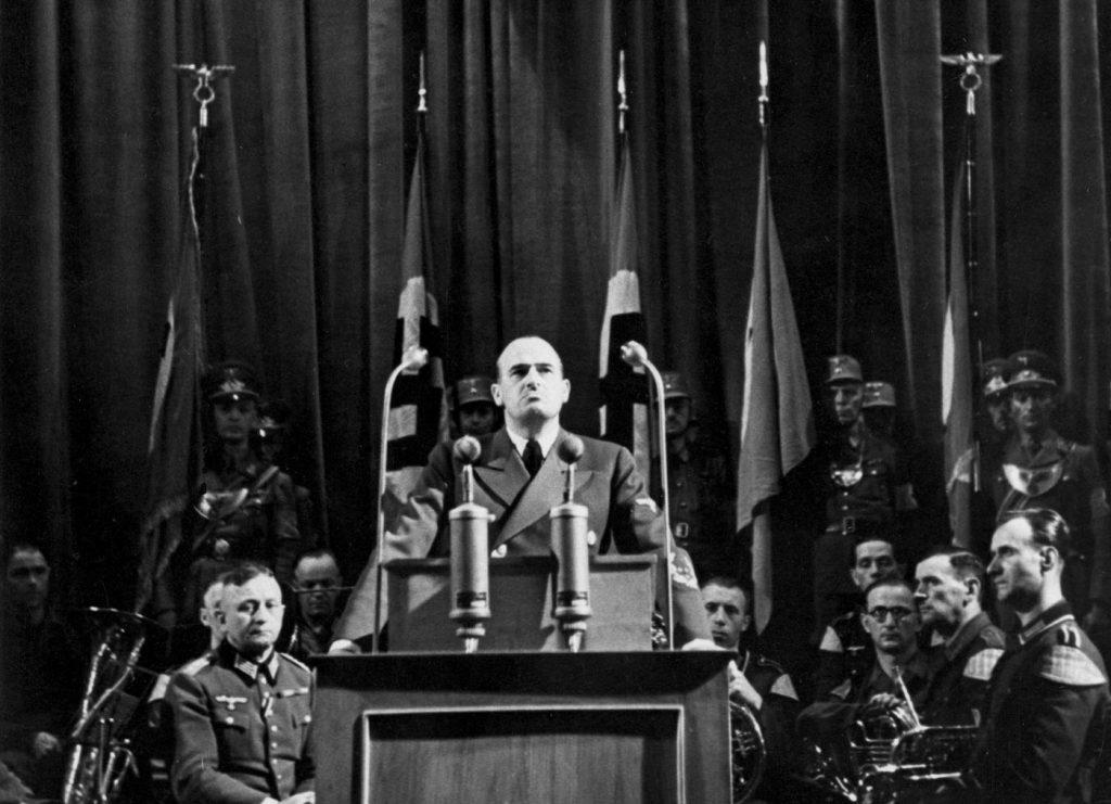 """We wrześniu 1944 roku gubernator generalny Hans Frank nagrodził najbardziej gorliwych """"kopaczy"""" (domena publiczna)."""