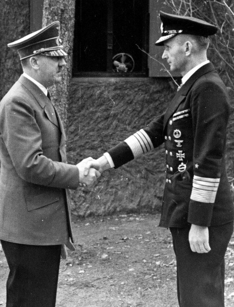 Admirał Karl Dönitz (z prawej) oczekiwał od swoich podwładnych, aby zostali niemieckimi kamikaze, taranującymi aliancką flotę inwazyjną (domena publiczna).