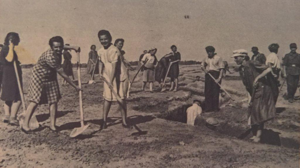 Niemiecka propagandowa pocztówka, przedstawiająca roześmianych krakowian pracujących przy budowie umocnień (domena publiczna)