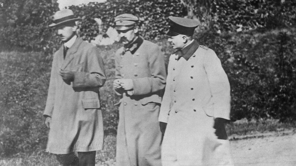 Józef Piłsudski na zdjęciu wykonanym w czasie jego internowania (domena publiczna).