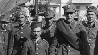 Polscy żołnierzy wzięci do niemieckiej wniewoli (domena publiczna)
