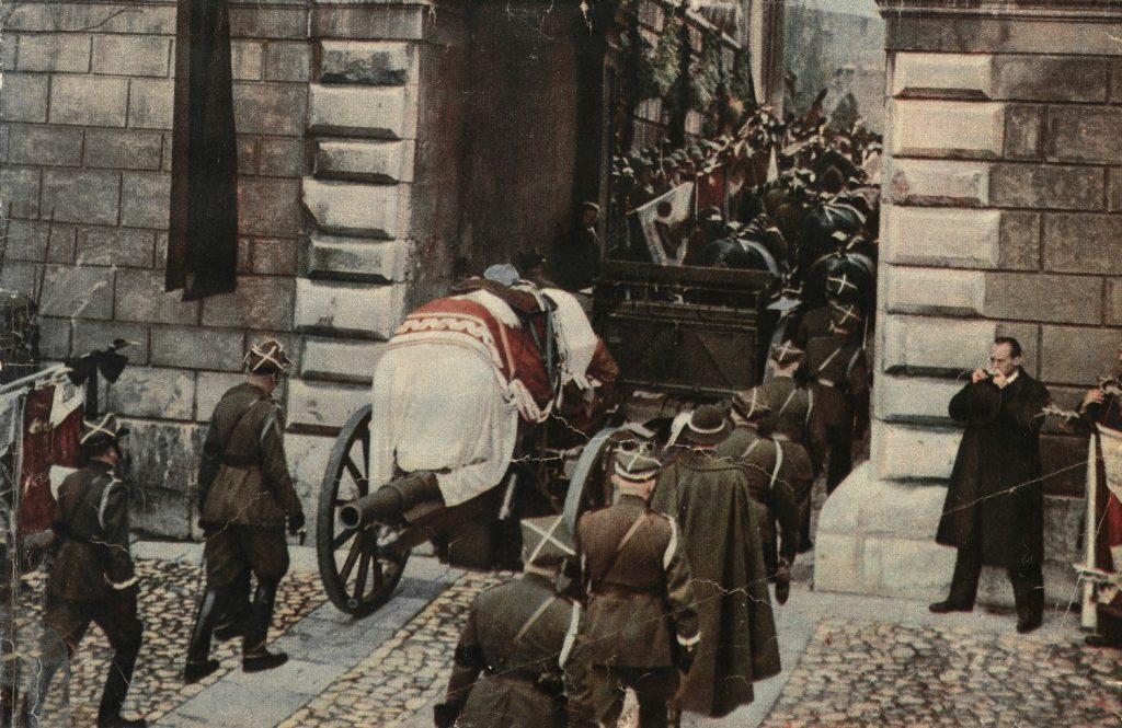 Maria zaliczyła poważną wpadkę podczas pogrzebu Józefa Piłsudskiego (domena publiczna).