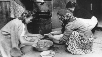 """""""Peżetki"""", czyli członkinie organizacji """"Pomoc Żołnierzowi"""" w trakcie przygotowywania posiłku. Źródło: domena publiczna."""