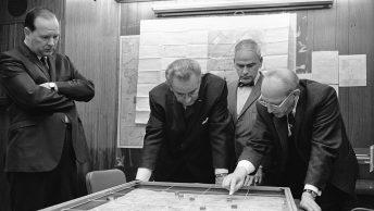 Walt Whitman Rostow (z prawej) z prezydentem Lyndonem Johnsonem. Czy rozmawiają o nowej wspaniałej broni USA? (fot. domena publiczna).