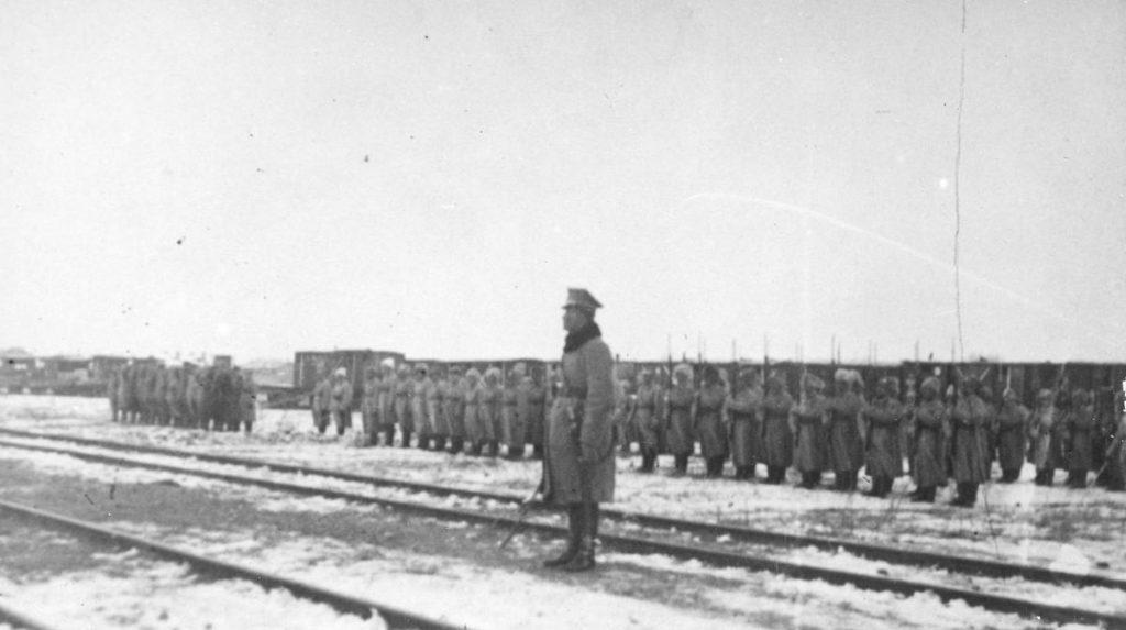 Żołnierze Dywizji Syberyjskiej w Charbinie. Ich kolegów, którzy dostali się do bolszewickiej niewoli zdziesiątkowały choroby zakaźne (domena publiczna).