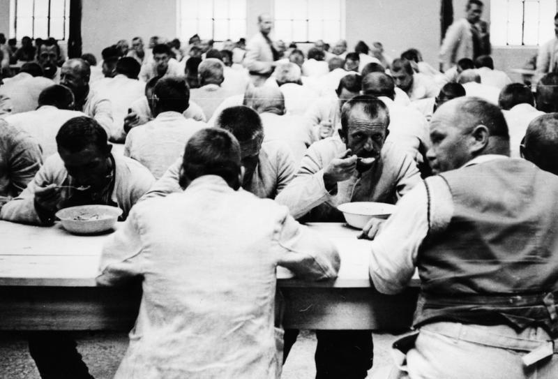 Bundesarchiv_Bild_152-01-14_Dachau_Konzentrationslager_1933.jpg