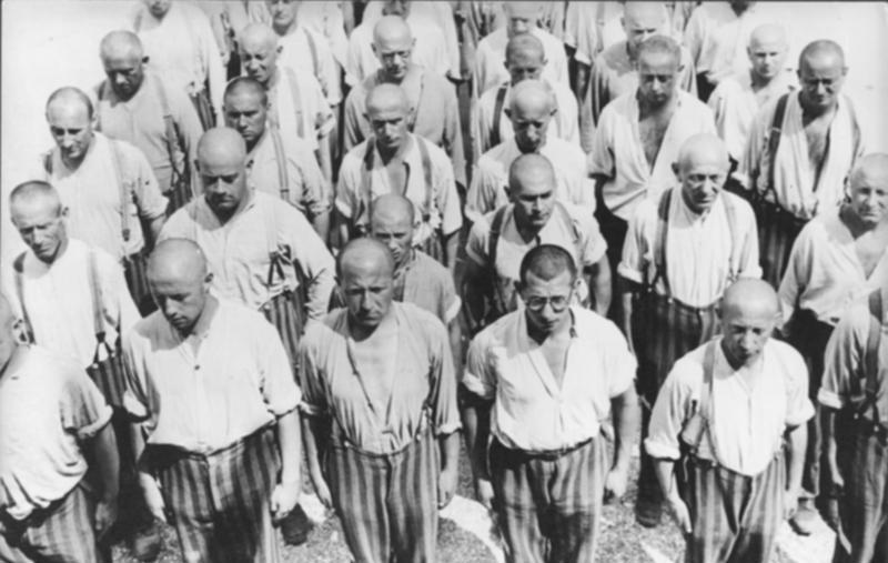 Bundesarchiv_Bild_152-21-06_Dachau_Konzentrationslager_H%C3%A4ftlinge_beim_Appell.jpg