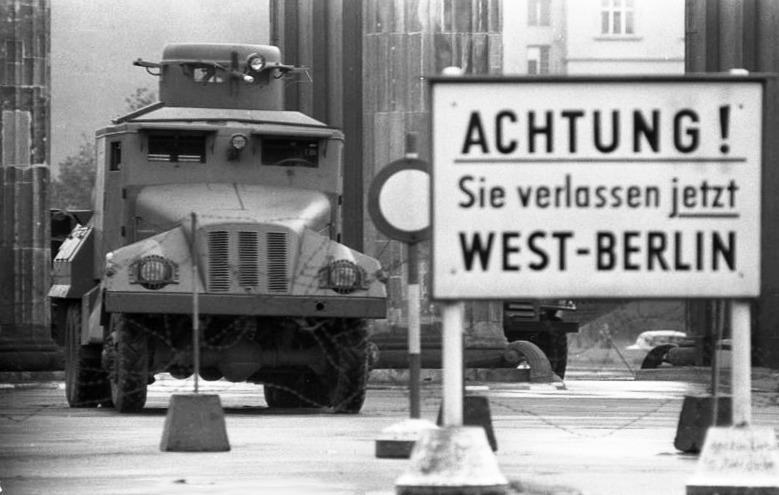 Tablica graniczna Berlina Zachodniego. Fot. Bundesarchiv, lic. CC ASA 3,0.