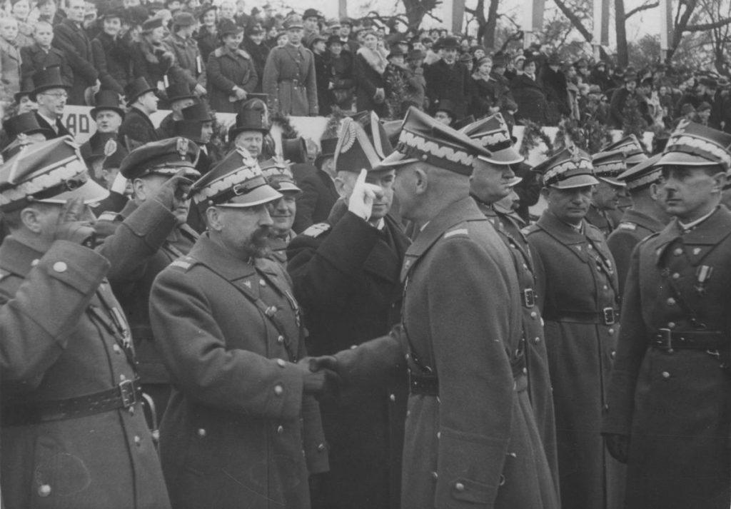 Marszałek Edward Śmigły-Rydz ściska dłoń generała Kordiana Józefa Zamorskiego. Obaj byli absolwentami Akademii Sztuk Pięknych (domena publiczna).