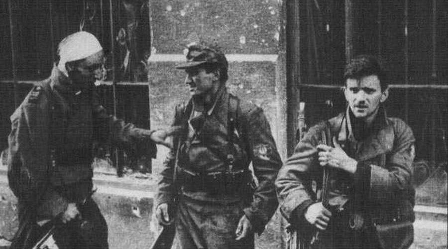 """Żołnierze batalionu """"Miotła"""" po ewakuacji kanałami ze Starówki (Jerzy Tomaszewski/domena publiczna)"""