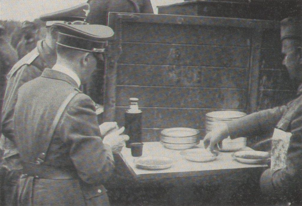 Fuhrer dzieli się jedzeniem z żołnierzami