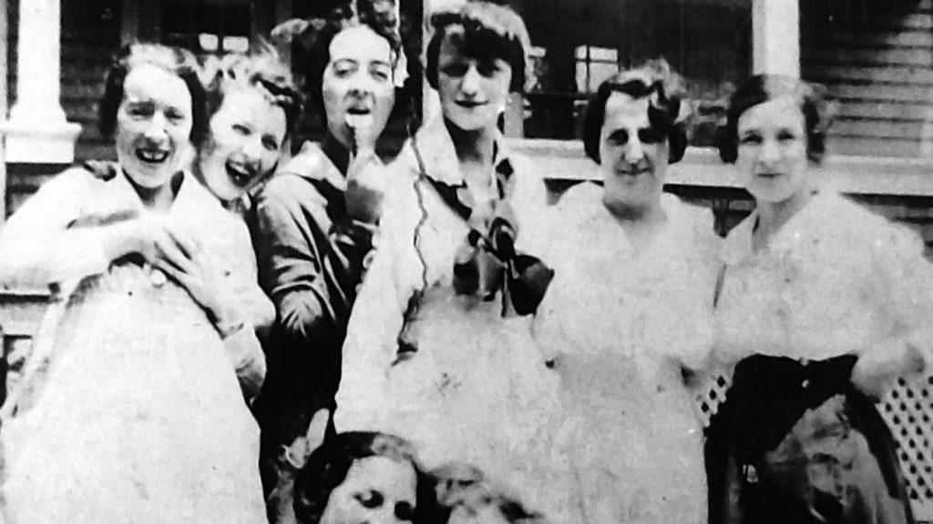 Grupa tak zwanych radowych dziewczyn na fotografii z lat 20. XX wieku.