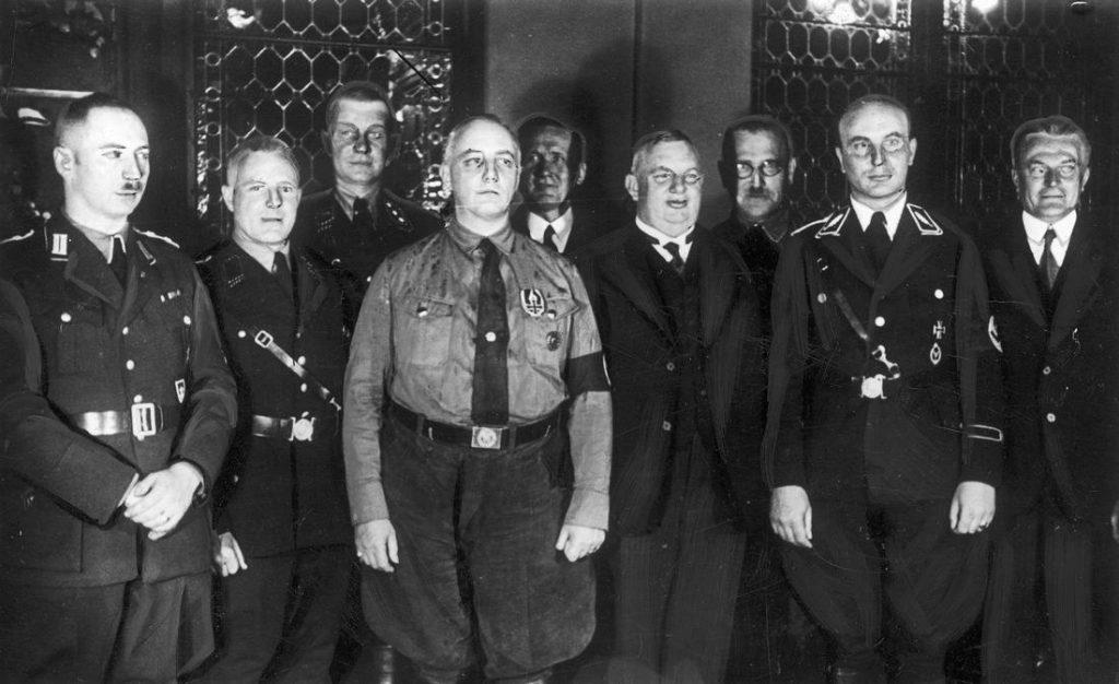 Prezydent  Wolnego Miasta Gdańska Hermanna Rauschning (stoi czwarty od lewej) był orędownikiem porozumienia z Polską (domena publiczna).