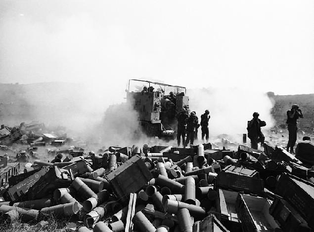 Izraelskie wojsko prowadzi ostrzał artyleryjski. Wojna Jom Kippur, 1 października 1973 (domena publiczna).