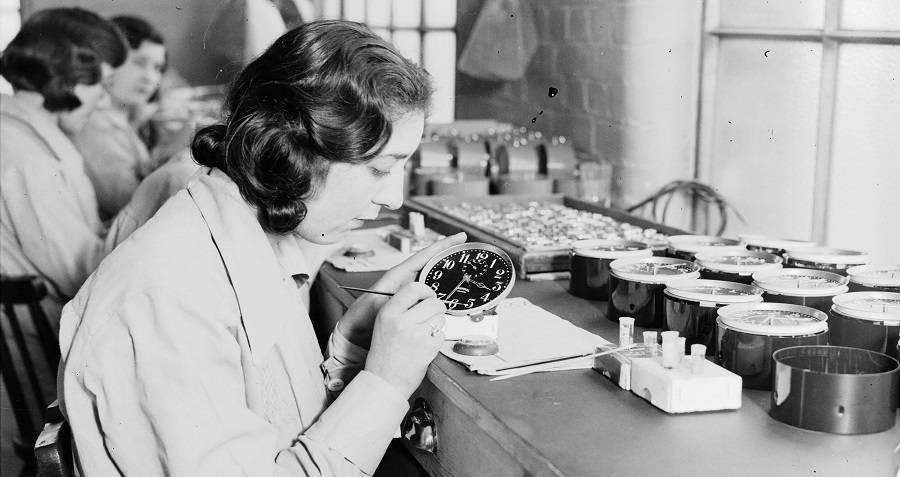 Jedna z tzw. radowych dziewczyn maluje tarczę zegarka przy użyciu farby z radem.