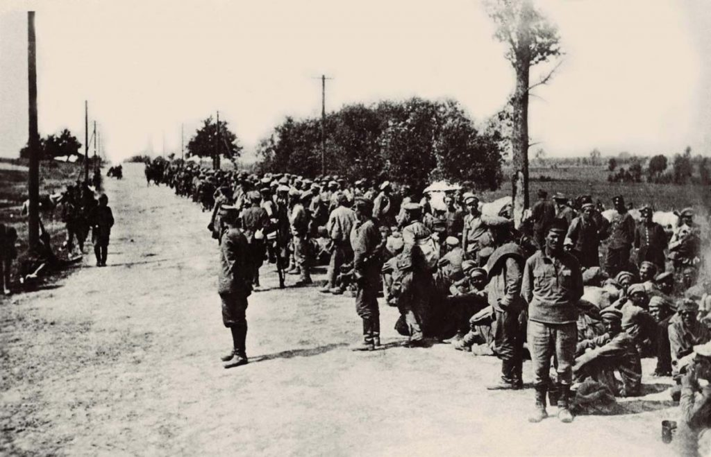 Wiele się mówi o rzekomym złym traktowaniu wziętych do niewoli czerwonoarmistów pojmanych po bitwie warszawskiej. Zapomina się jednak o losie dziesiątek tysięcy żołnierzy Wojska Polskiego, którzy trafili w ręce bolszewików. Na zdjęciu sowieccy jeńcy w sierpniu 1920 roku (domena publiczna).