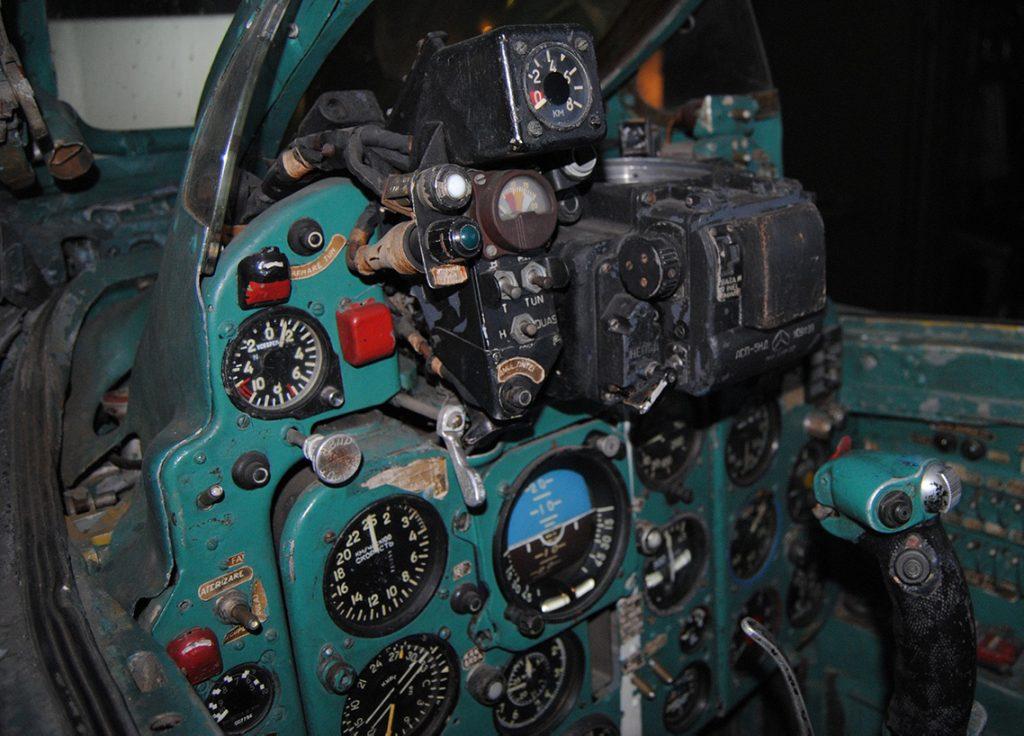 Kokpit MiG-21F13. Fotografia wykonana w Muzeum Lotnictwa w Bukareszcie (fot. Daniel Pandelea, CC-BY-SA 3,0)