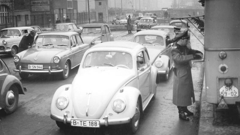 Kontrola na granicy między Berlinem Zachodnim i Wschodnim. Fot. Bundesarchiv, lic. CC ASA 3,0.