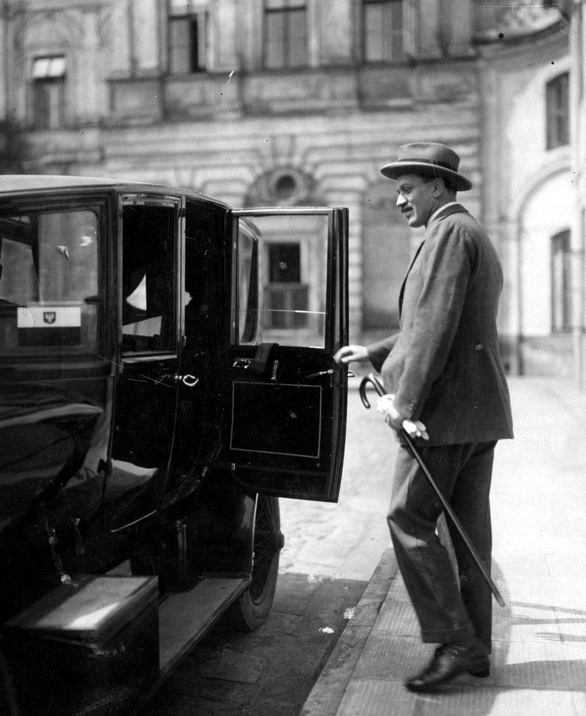 Minister spraw zagranicznych Aleksander Skrzyński wsiada do samochodu osobowego. 1925 rok (domena publiczna)