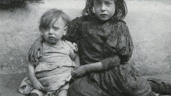 Najbiedniejsze dzieci Londynu na fotografii z początku XX wieku