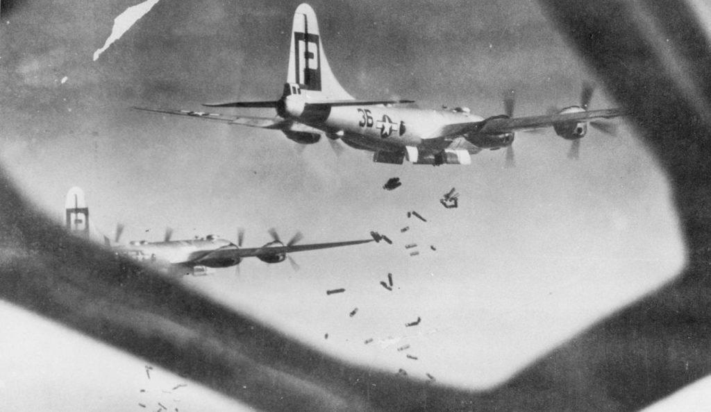 Z uwagi na drewnianą zabudowę japońskie miasta były szczególnie podatne na ataki z użyciem bomb zapalających (domena publiczna).