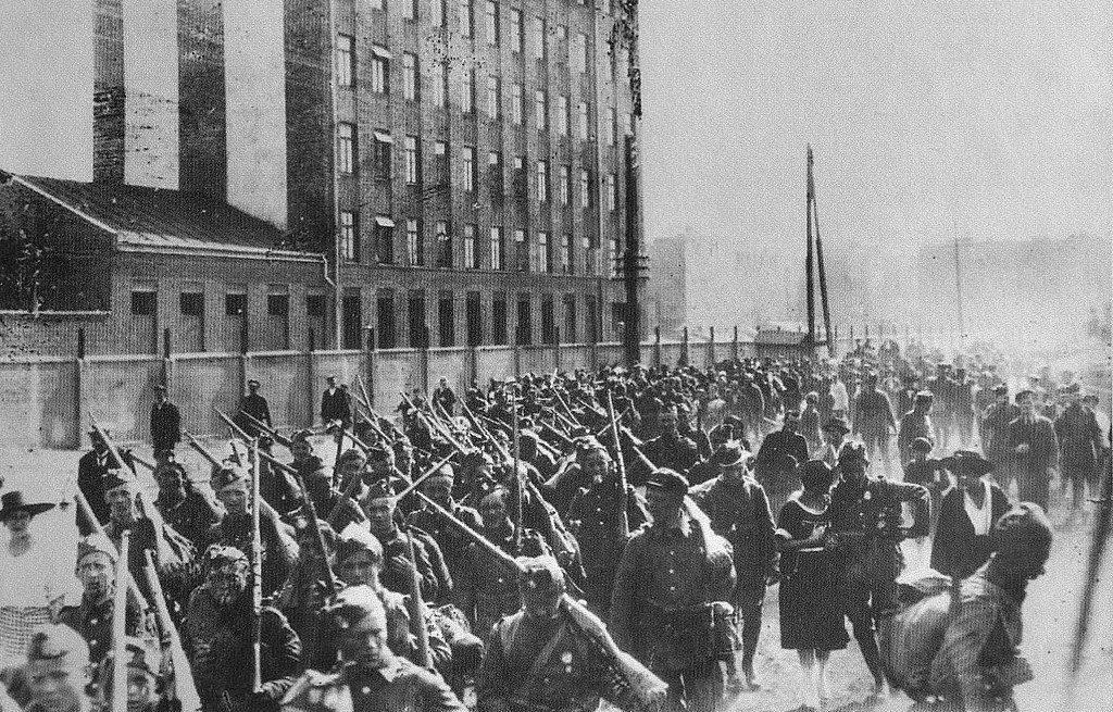 Polscy jeńcy wzięci do bolszewickiej niewoli byli ograbiani niemal ze wszystkiego. Na zdjęciu ochotnicy wyruszają na front (domena publiczna).
