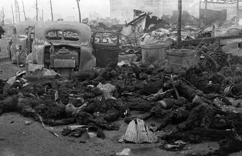 Ofiarą nalotu dokonanego w nocy z 9 na 10 marca 1945 roku  mogło paść nawet 100 tysięcy mieszkańców Tokio (Ishikawa Kōyō/domena publiczna).