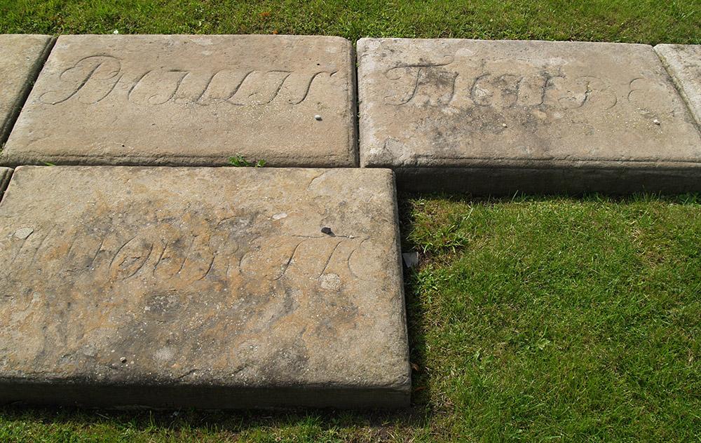 Płyty nagrobne na cmentarzu dla psów Fryderyka II Wielkiego