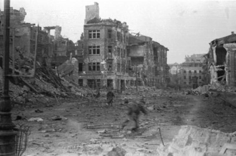 Właśnie tak wyglądał Plac Krasińskich na przełomie sierpnia i września 1944 roku (Wiesław Chrzanowski/domena publiczna).