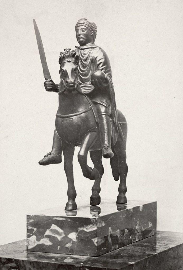 Statuetka z epoki karolińskiej, być może przedstawiająca Karola Wielkiego. Dzisiaj przeważa jednak opinia, że to Karol Łysy - wnuk pierwszego cesarza.