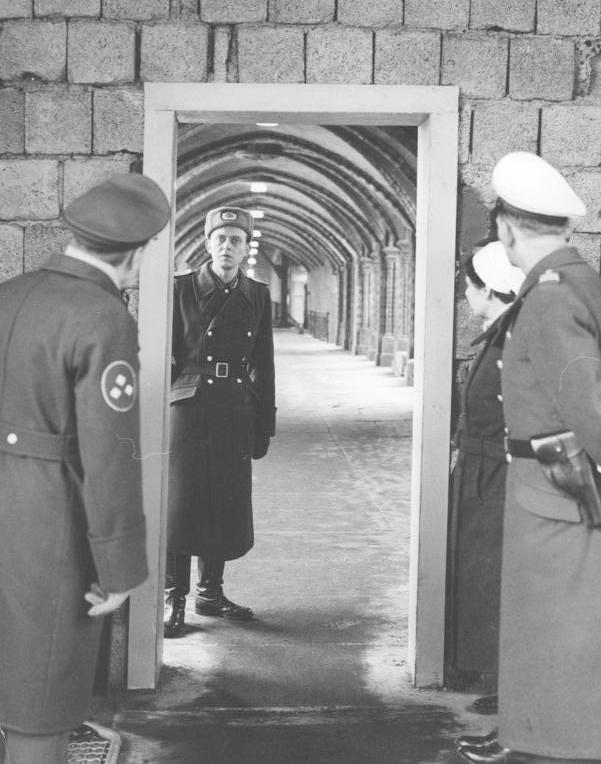 Strażnicy na pieszym przejściu granicznym między Berlinem Zachodnim i Wschodnim. Fot. Bundesarchiv, lic. CC ASA 3,0.