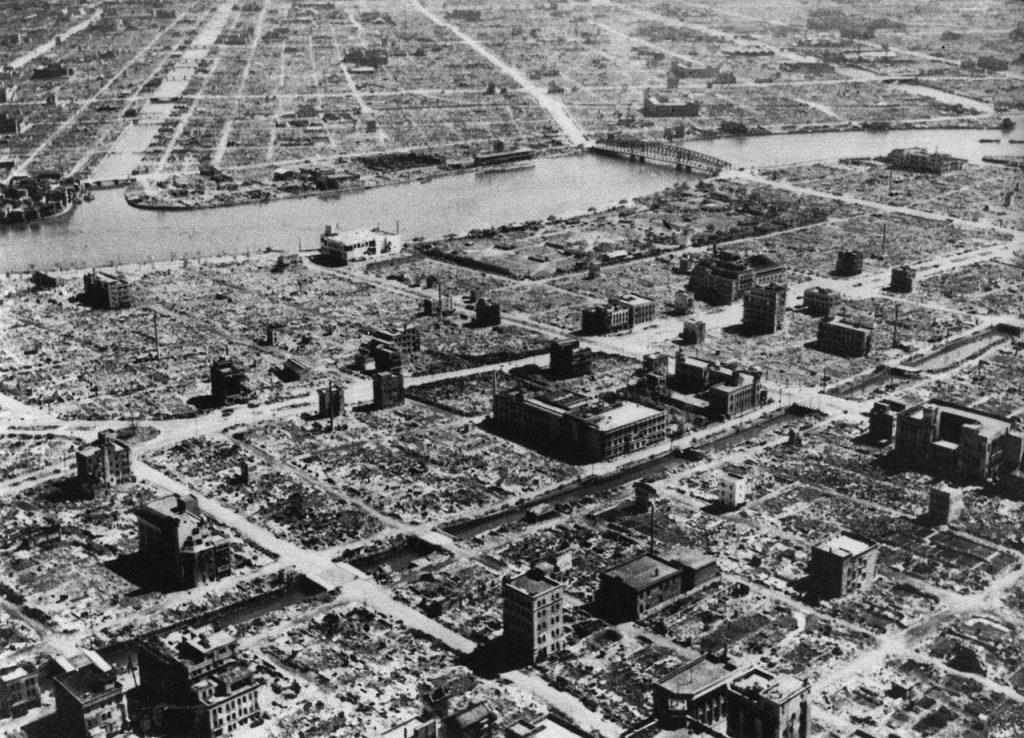 W wyniku nalotu z nocy 9 na 10 marca 1945 roku niemal doszczętnie spłonęły całe dzielnice Tokio (domena publiczna).