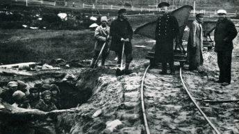 Więźniowie obozu na wyspach sołowieckich przy pracy