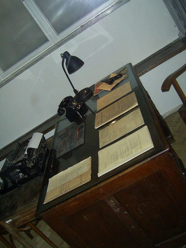 Na biurkach gestapowców lądowały tysiące donosów (Thunderman83/domena publiczna).