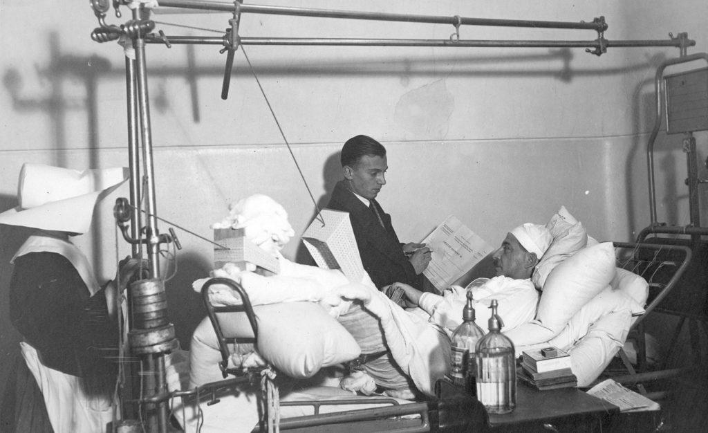 Chory ze szpitala Dzieciątka Jezus w Warszawie. Fotografia z 1931 roku.