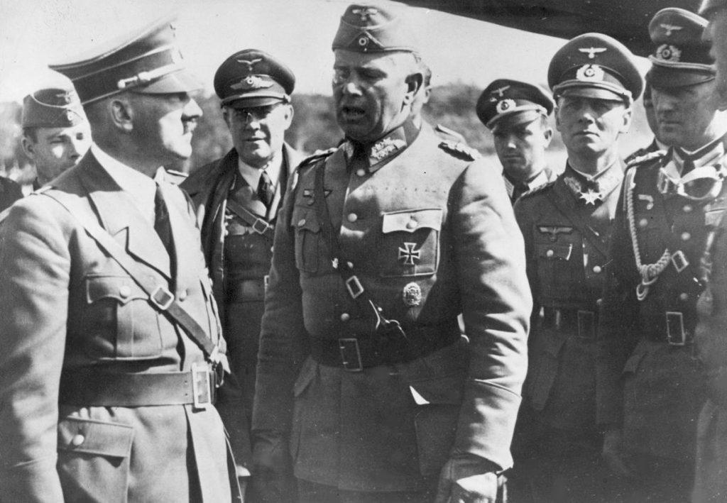 W maju 1939 roki Hitler przekonywał swoich generałów, że należy jak najszybciej rozprawić się z Polską. Na zdjęciu Hitler w Polsce podczas kampanii wrześniowej (domena publiczna).