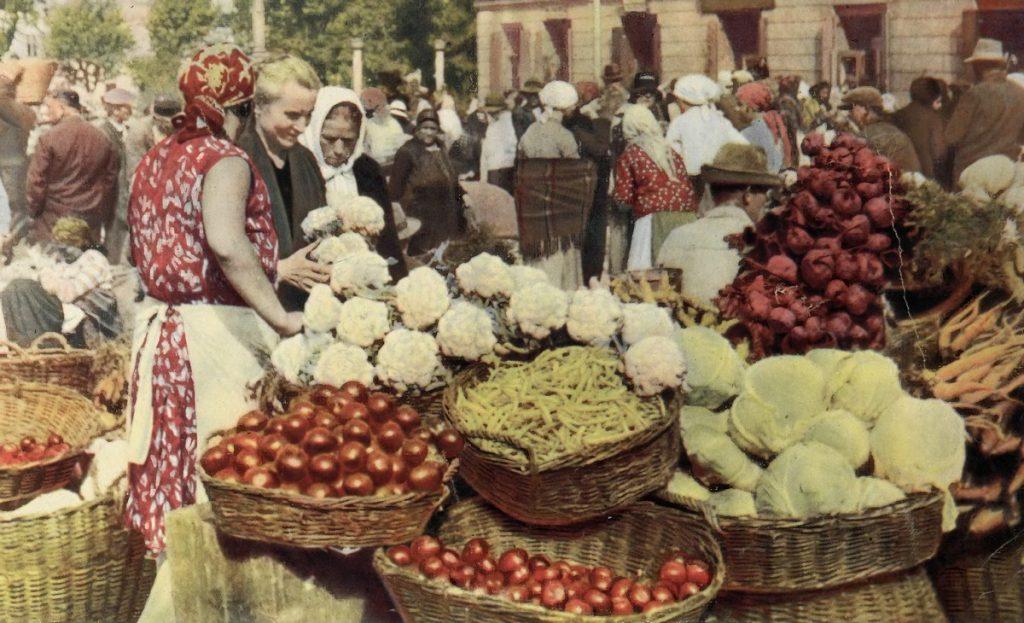 Aż połowę obywateli przedwojenne Polski stanowili chłopi. Na zdjęciu jesienny targ (domena publiczna).