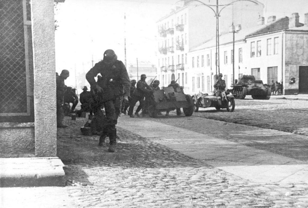 Niemieckie czołgi i piechota na przedmieściach Warszawy (domena publiczna).