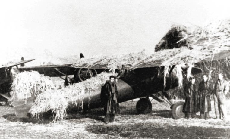 Samoloty PZL P.11c na lotnisku polowym. Zdjęcie z września 1939 roku.