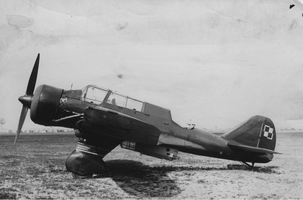 """Skalski oraz jego koledzy nie mogli zrozumieć dlaczego do ataku na czołgi wysłano myśliwce a nie lekkie bombowce PZL.23 """"Karaś"""" (domena publiczna)."""