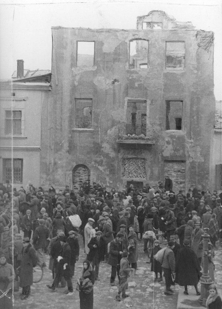 Targowisko w ruinach. Fotografia z listopada 1939 roku.