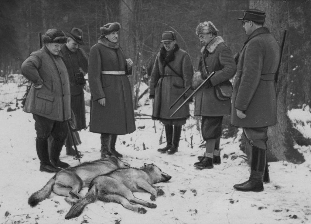 Generał Sosnkowski już na początku 1938 roku nie miał złudzeń, co do planów Hitlera. Na zdjęciu Sosnkowski (drugi z prawej) podczas wspólnego polowania z Göringiem i Mościckim (domena publiczna).