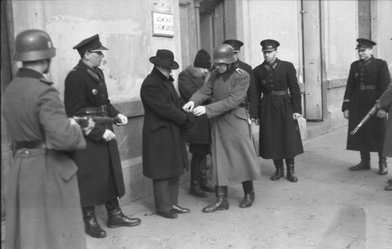 Granatowa policja asystowała Niemcom prześladującym  Polaków. Często funkcjonariusze brali  również czynny udział w takich akcjach (Bundesarchiv/ Kintscher/CC-BY-SA 3.0).