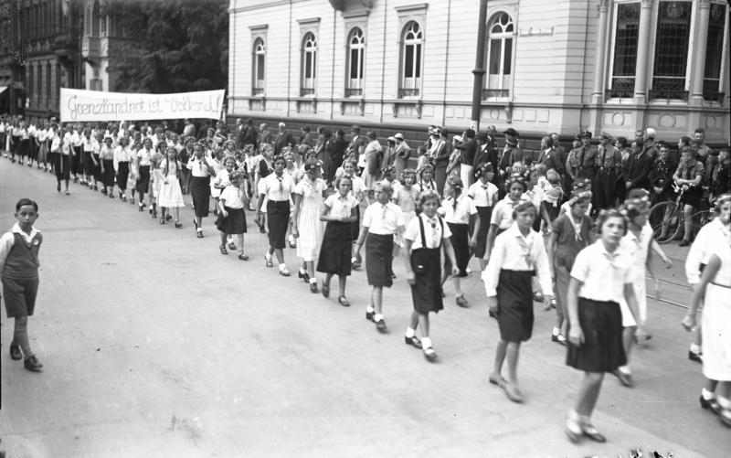 Pochód dziewczynek z Jungmädel w Worms. 1933 rok (Bundesarchiv,/CC-BY-SA 3.0).