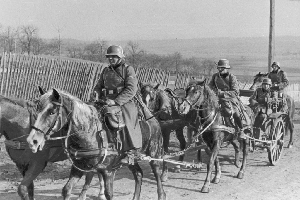 Kawaleria SS na zdjęciu wykonanym w casie inwazji na Polskę (domena publiczna).