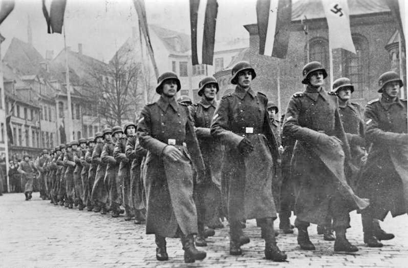 Członkowie Legionu Łotewskiego SS podczas parady w Rydze (Bundesarchiv,CC-BY-SA 3.0).