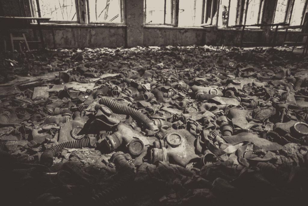 Do usunięcia skutków katastrofy w Czarnobylu wykorzystano koło 600 tysięcy ludzi. Na zdjęciu maski przeciwgazowe pozostawione przez likwidatorów (victorsnk/domena publiczna)
