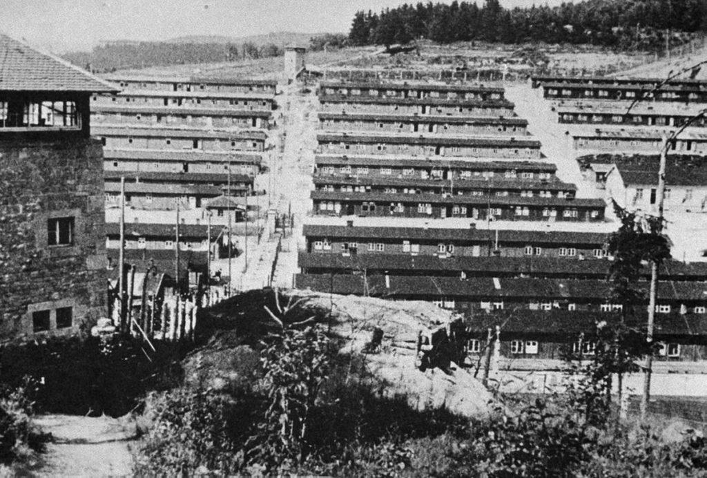 Obóz w Flossenbürgu na zdjęciu wykonanym po wyzwoleniu (domena publiczna).