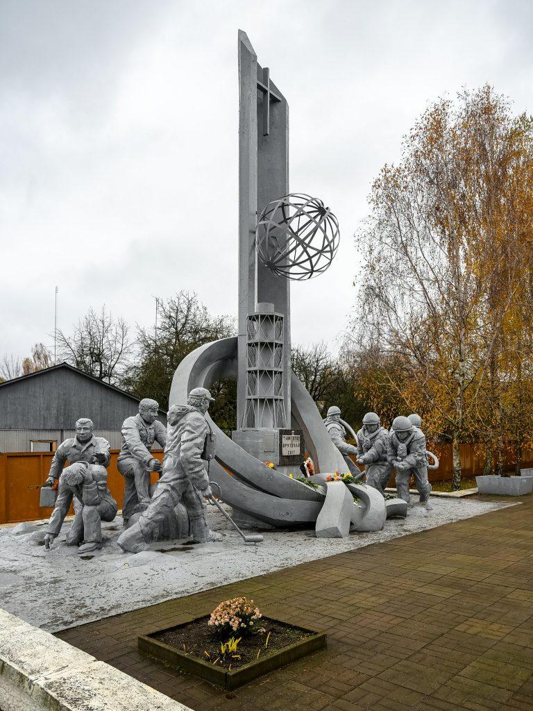 """Pomnik upamiętniający """"Tych, którzy ocalili świat"""" poświęcony strażakom i likwidatorom z Czarnobyla (Jorge Franganillo/CC BY 2.0)."""